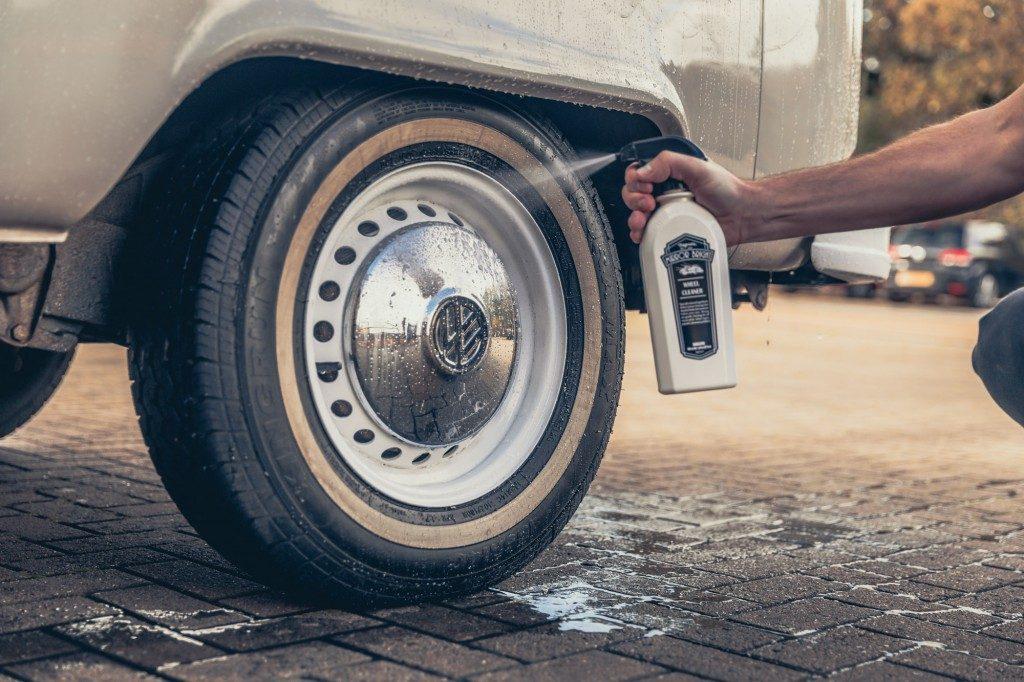 Mirror Bright -wheel-cleaner-aanbrengen-682x1024